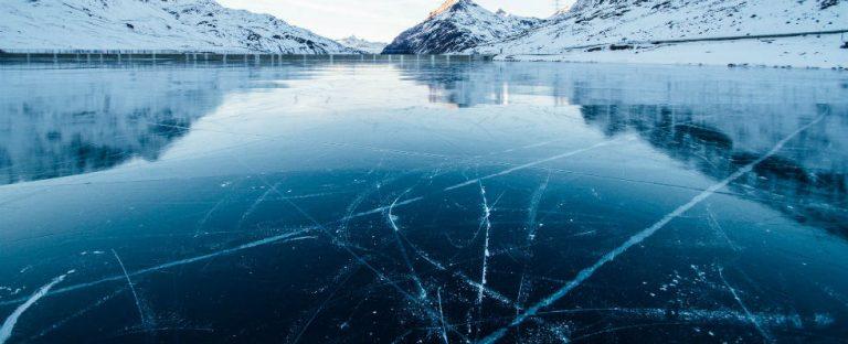 Moeder en zoon zwieren op het ijs