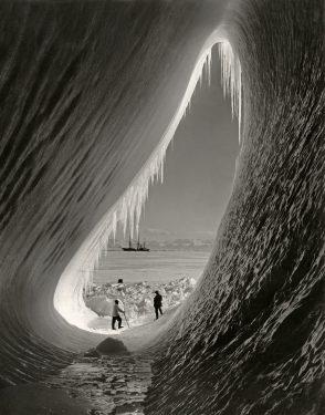 Herbert G. Ponting, De Terra Nova gezien vanuit een ijsberg, 1911 Nationaal Archief