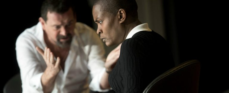 Witte zakenman vs. zwarte vrouw