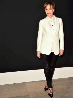 Actrice Kristin Scott Thomas (1960) draagt haar leren broek klassiek en stijlvol.