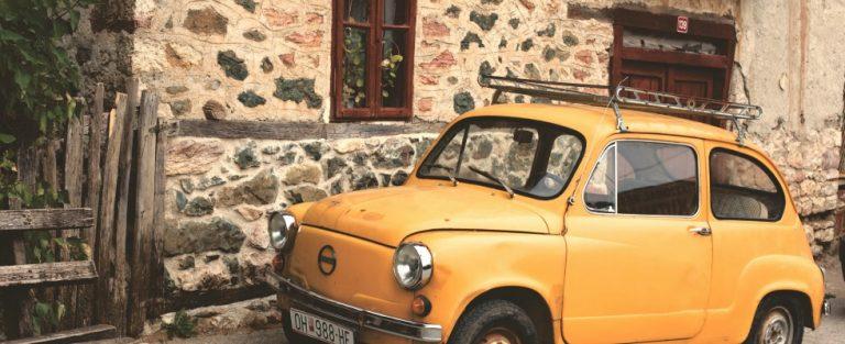 Klassieke auto's tegen een retro decor