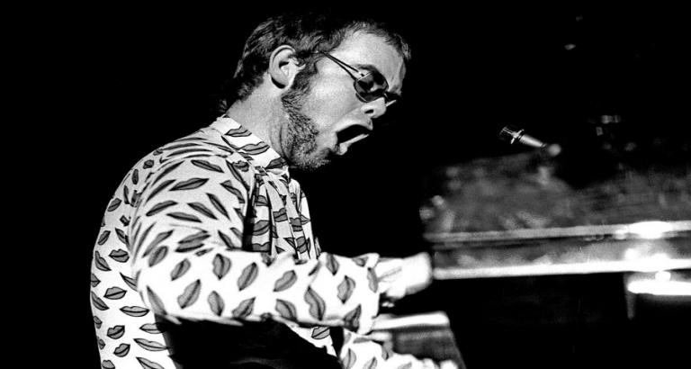 Elton John smijt met hits
