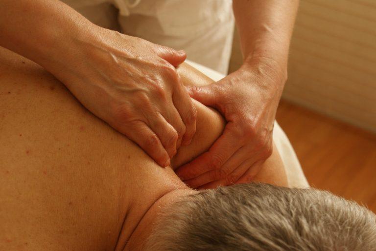 5 loswrikkende tips voor vastzittende schouders