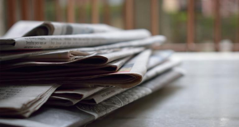 Hanneke Groenteman weet een fantastische manier om de krant te lezen!