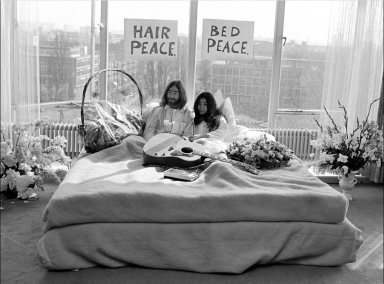 50 jaar (!) geleden gingen John en Yoko in bed liggen voor de wereldvrede