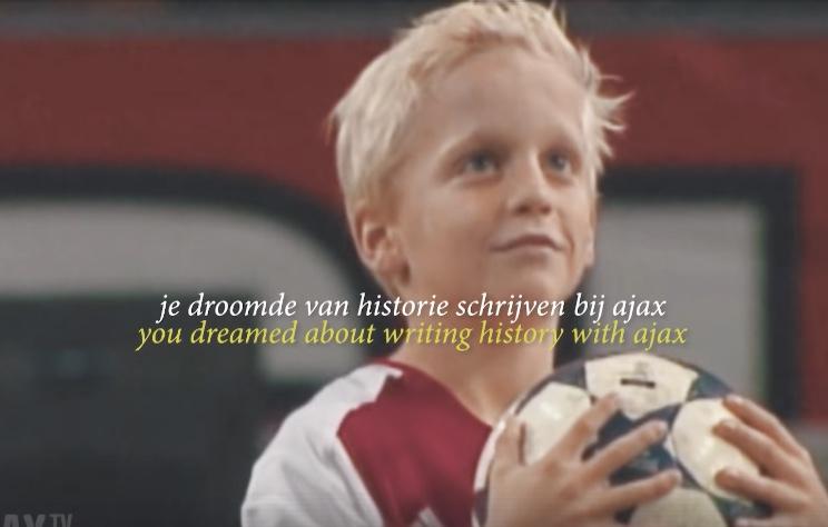 Lief! Ajax-speler Donny van de Beek als ballenjongen bij Ajax