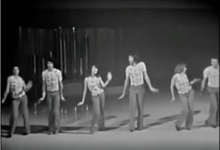 Leuk om thuis na te doen: dit dansje op de hit Popcorn uit 1972