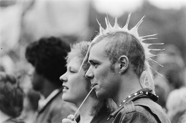 Tiener in de 60s, 70s of 80s? Kijk naar unieke beelden uit die tijd.
