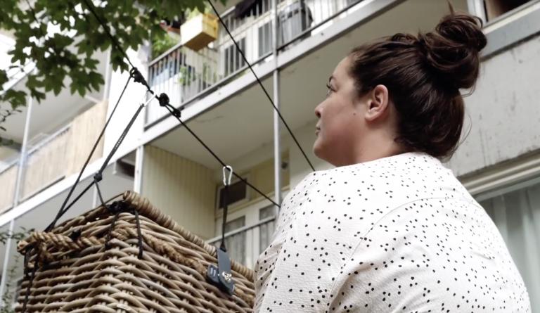 Lief: buren sturen elkaar cadeautjes en briefjes via een kabelbaantje