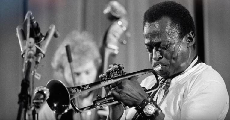 Alleen al door de trailer van de Miles Davis-film krijg je zin om zijn muziek te luisteren