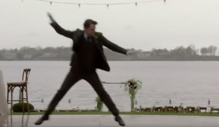 Bruidegom begint een flashmob in plaats van openingsdans