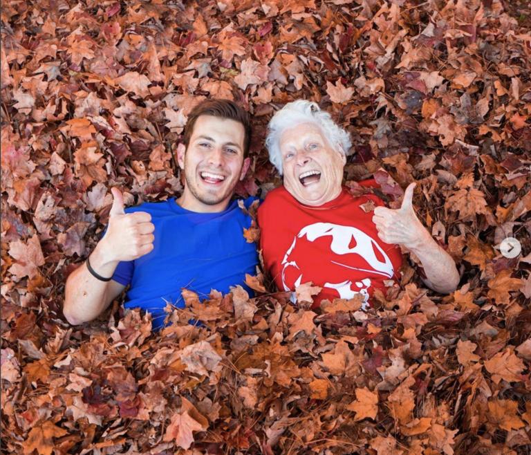 Lachen: oma en kleinzoon de hort op
