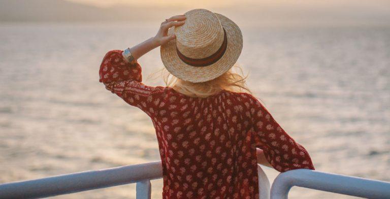 Opwaaiende zomerjurken, luchtige bloesjes en fladderende broeken