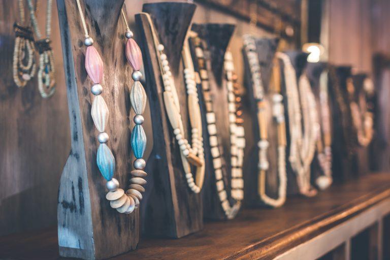 Uitbundige sieraden geven je kleren een slinger