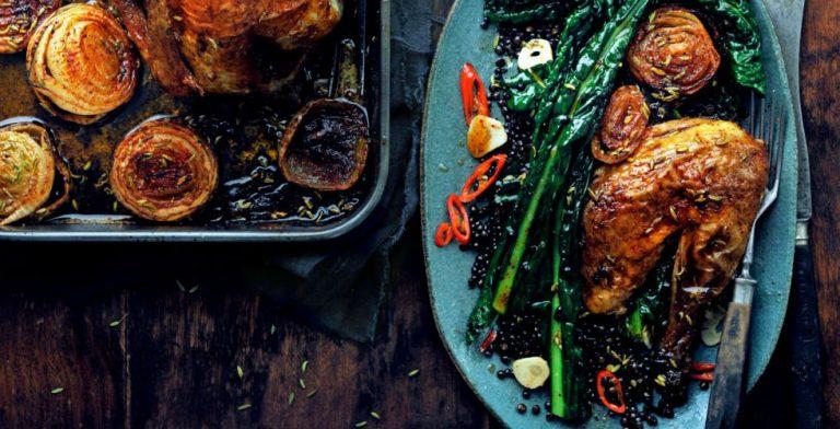 Feest op tafel: parelhoen met kruidige gebakken uien