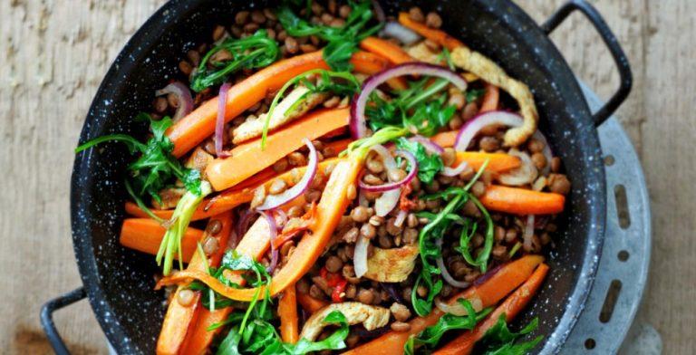 Heerlijke kalkoenfilet met linzen, wortel en rucola