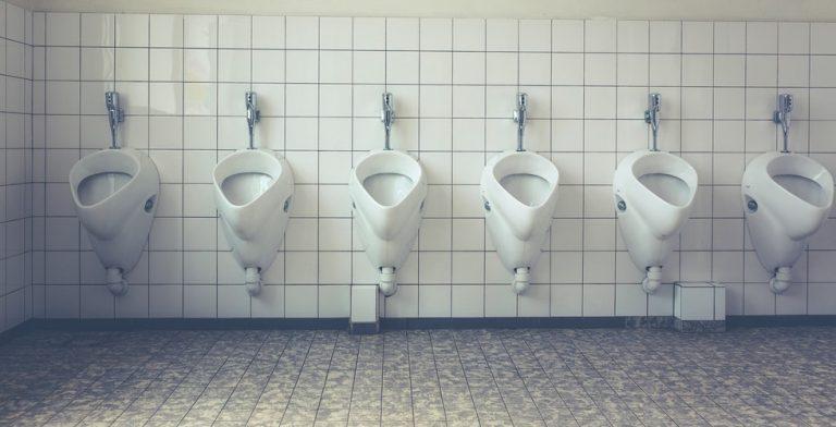 Henry kan niet plassen in een openbaar toilet