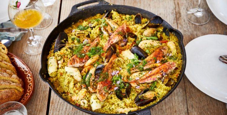 Voor een etentje is zo'n grote Spaanse rijstschotel een waar feest