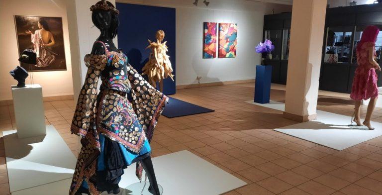 Bloemen + kleding = tentoonstelling