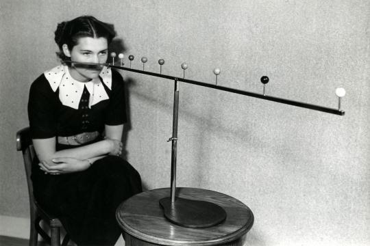 Ogengymnastiek: een vrouw doet een diepteoefening om haar zicht te verbeteren, 1937