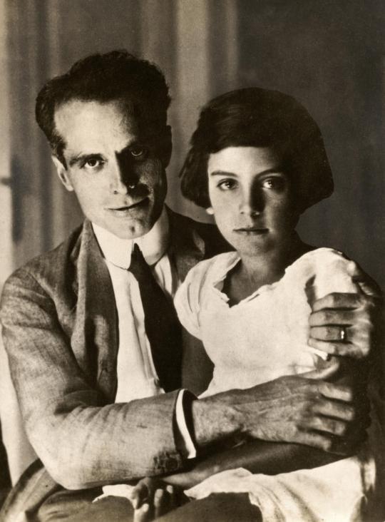 Generaal Umberto Nobile met zijn dochter bij terugkeer in Italië, nadat zijn luchtschip 'Italia' was vergaan tijdens een Noordpoolexpeditie, 1928.