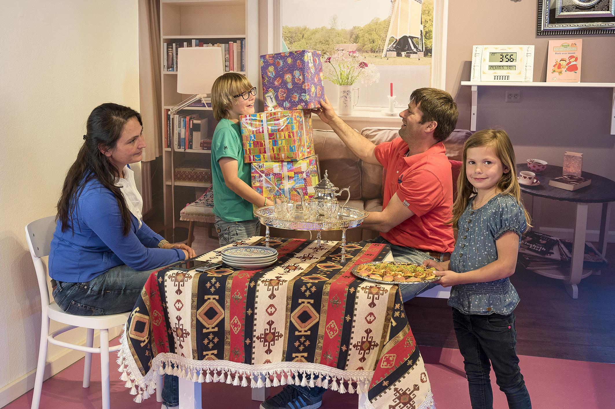 Versier je huiskamer voor het Suikerfeest. Foto: Wim de Knegt.